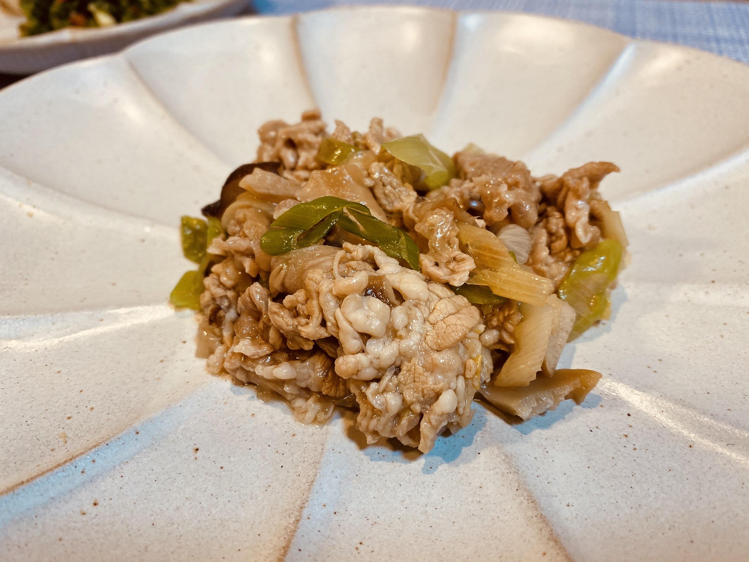 (メニューの一例)鶏肉と里芋の煮物、菜の花と油揚げの和え物