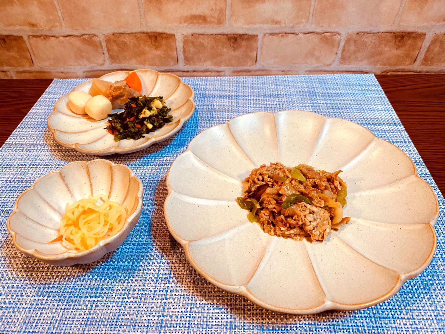(メニューの一例)牛肉とねぎの甘辛炒め、鶏肉と里芋の煮物、菜の花と油揚げの和え物、大根と人参の和え物