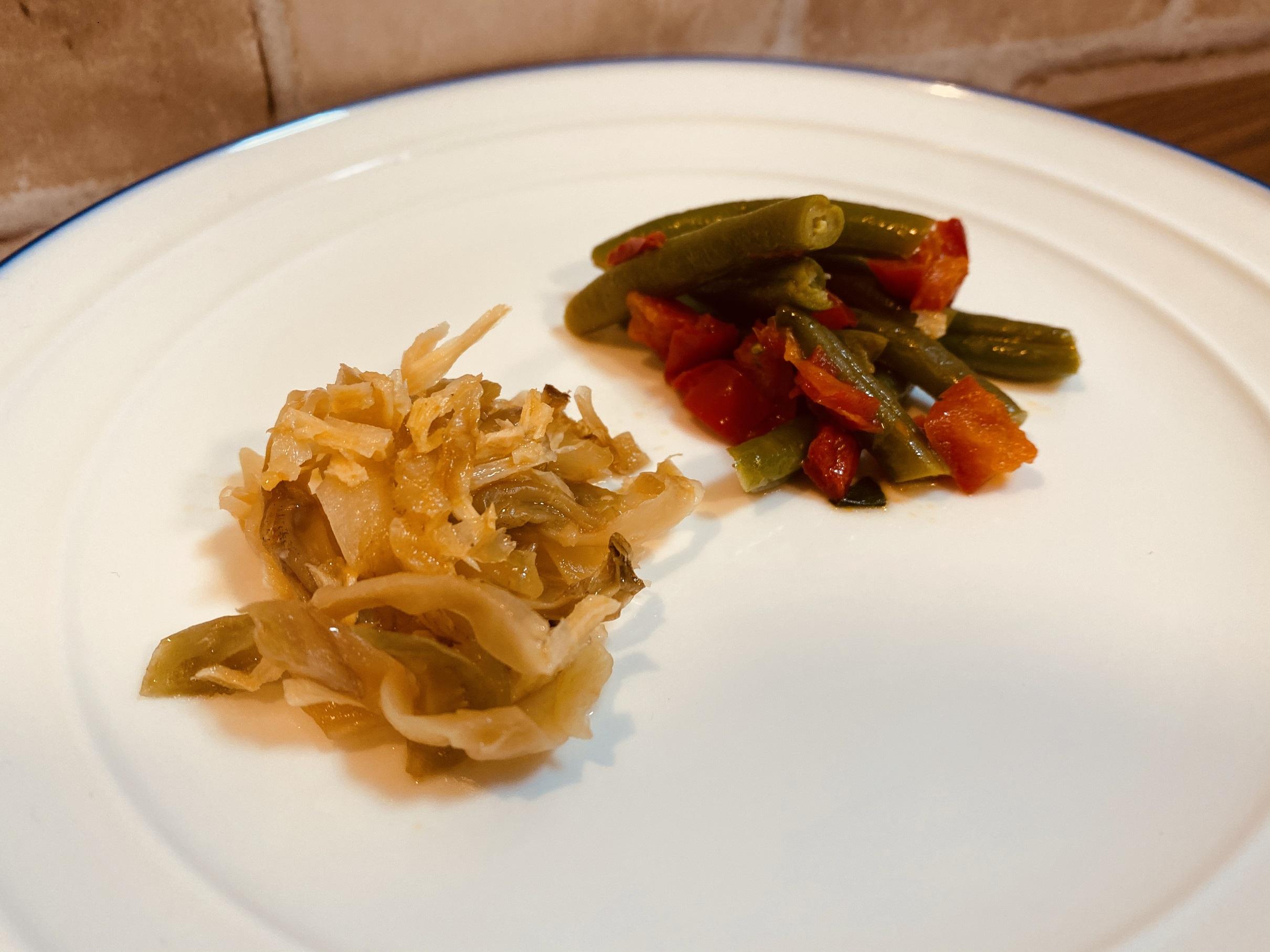 (メニューの一例)いんげんと赤ピーマン炒め、中華風ザーサイ炒め