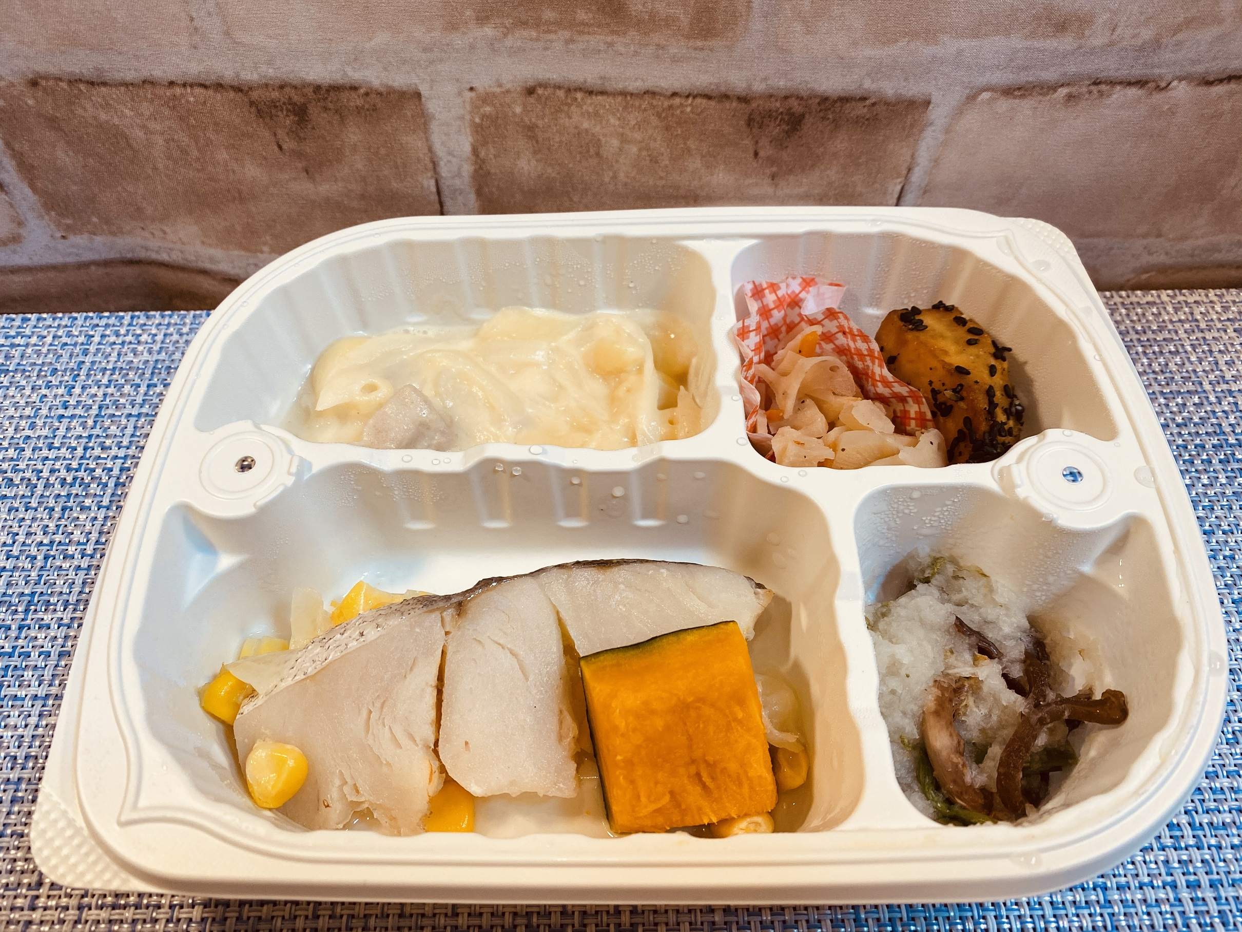 (メニューの一例)メルルーサの梅風味焼、鶏肉と玉ねぎの煮物、大学芋、山菜の和え物(わらび、ぜんまい)