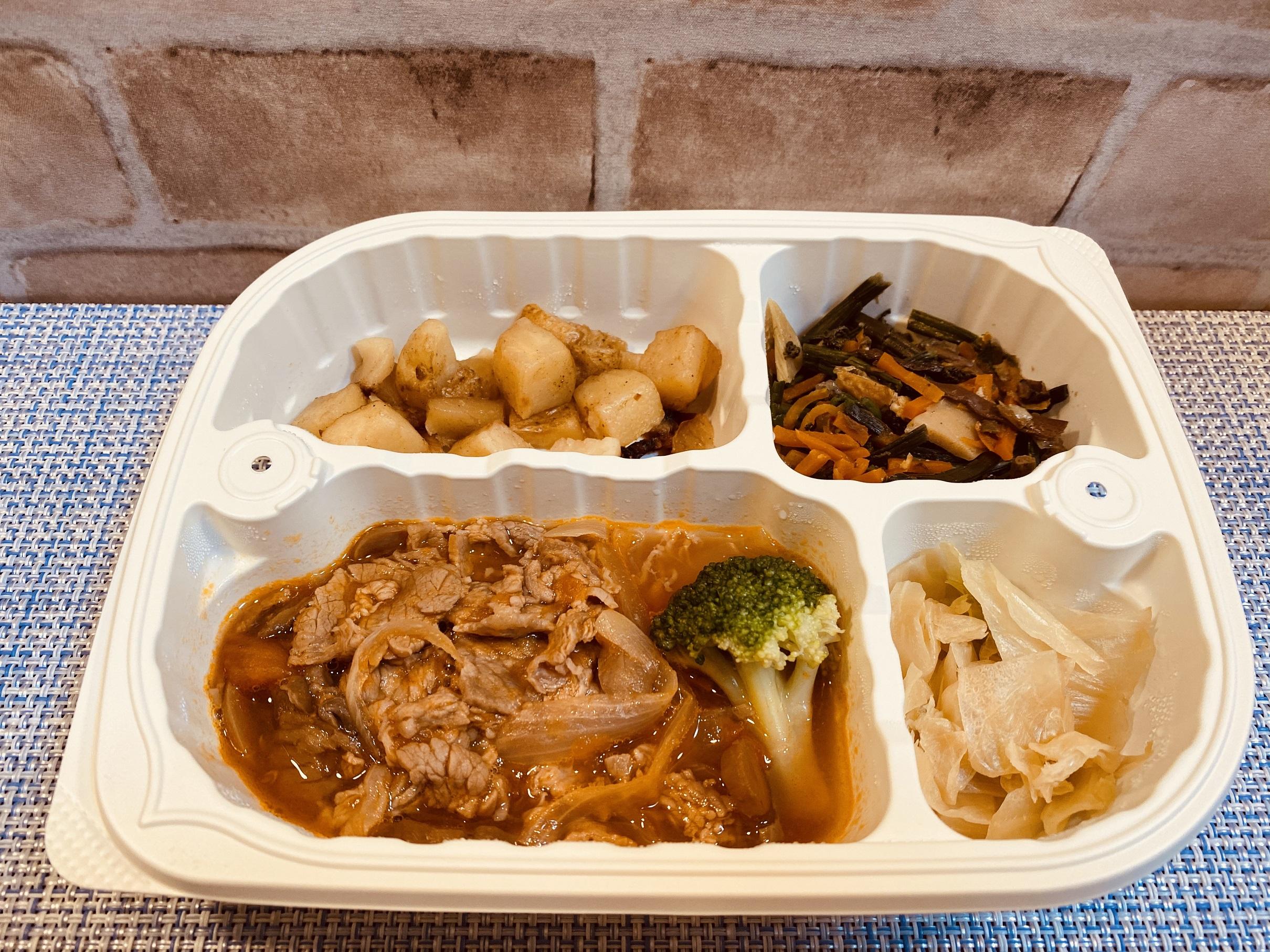 (メニューの一例)牛肉の赤ワイン煮、ジャーマンポテト、わらびとタケノコの煮物、キャベツの和え物