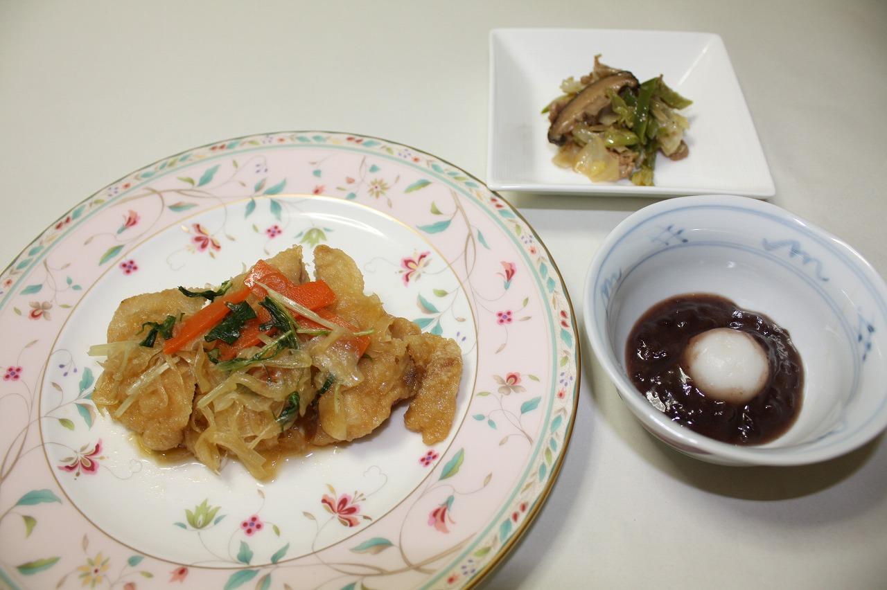(メニューの一例)鶏肉の黒酢野菜かけ