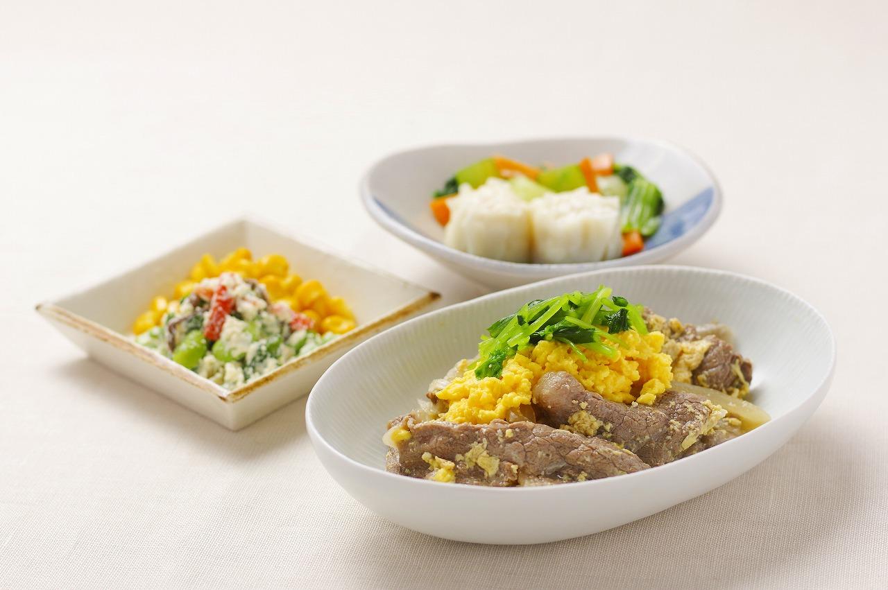(メニューの一例)牛肉の柳川風、しゅうまい、枝豆入り白和え、コーンソテー。牛肉をとじる卵とかける卵を分けて調理し、鮮やかな黄色を表現しました。ボリュームある中にも生活習慣病の予防に配慮したお食事です。