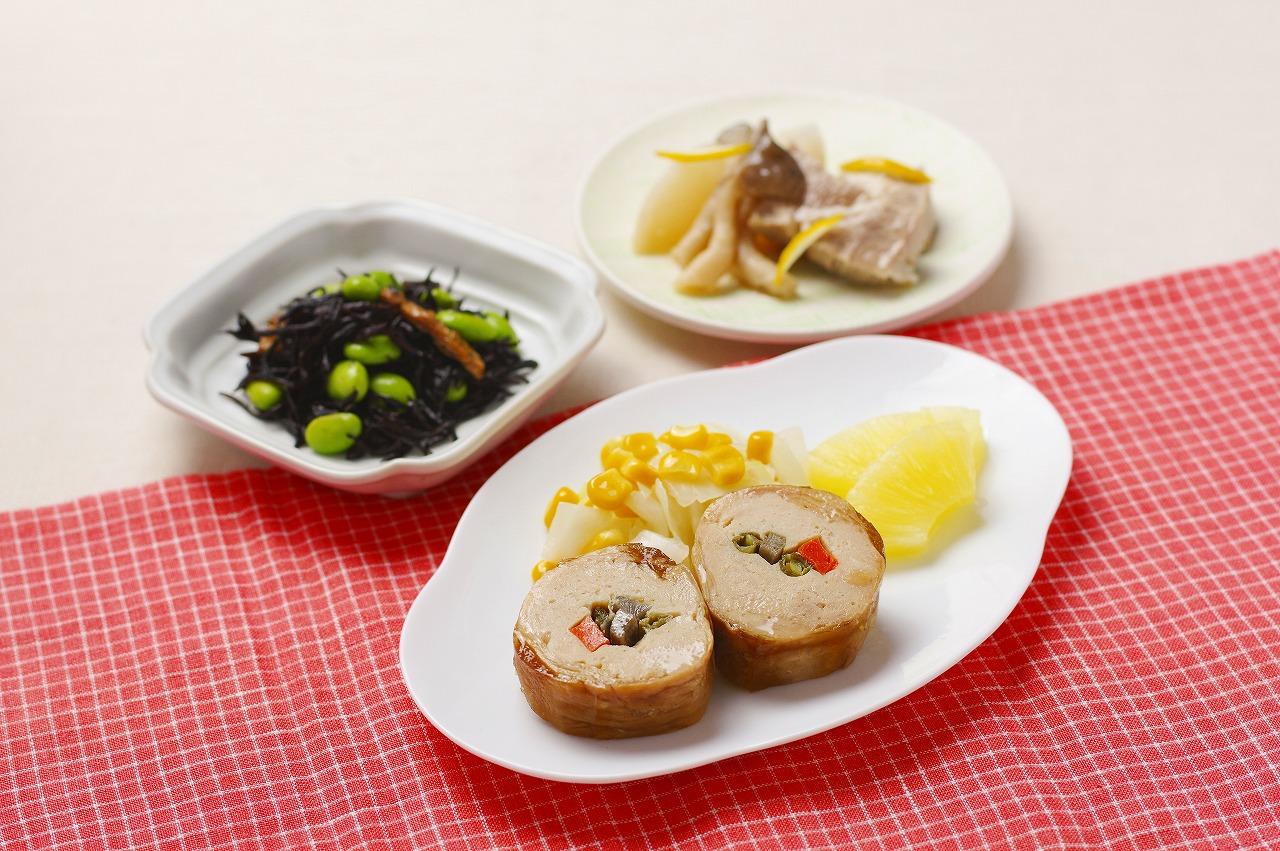 (メニューの一例)若鶏の八幡巻、豚肉とかぶの柚子味噌焼、ひじきのの八幡巻煮付け、フルーツコンポート(パイナップル)。消化・吸収に優れた柔らかい若鶏で彩り野菜を巻きました。柚子の皮を散らした柚子味噌焼も魅力。