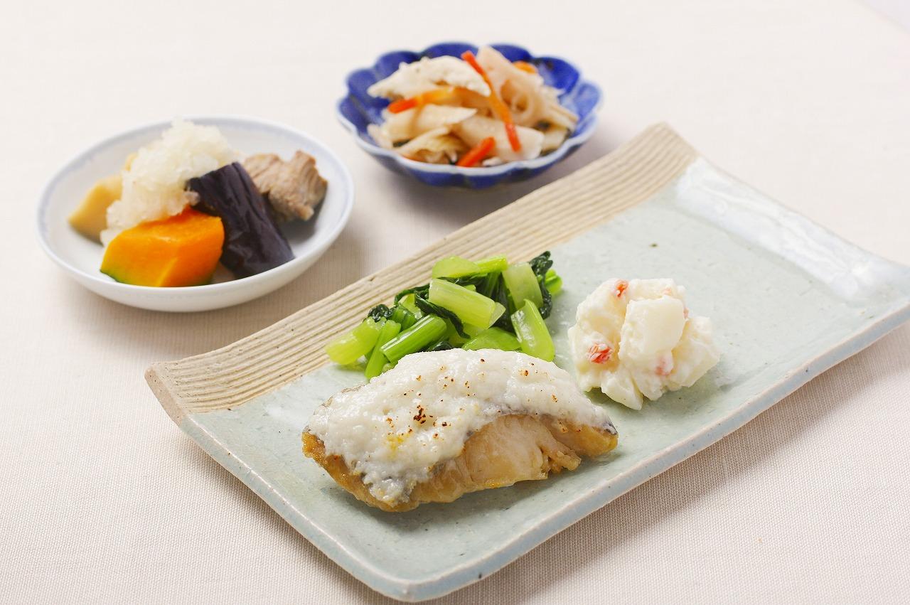 (メニューの一例)ホキの菜種焼、豚肉と野菜のおろし煮、根菜マリネ、ポテトサラダ。消化の良い白身魚のホキに魚のすり身をのせて焼きました。付け合わせには、国産の生の小松菜を炒めて添えました。