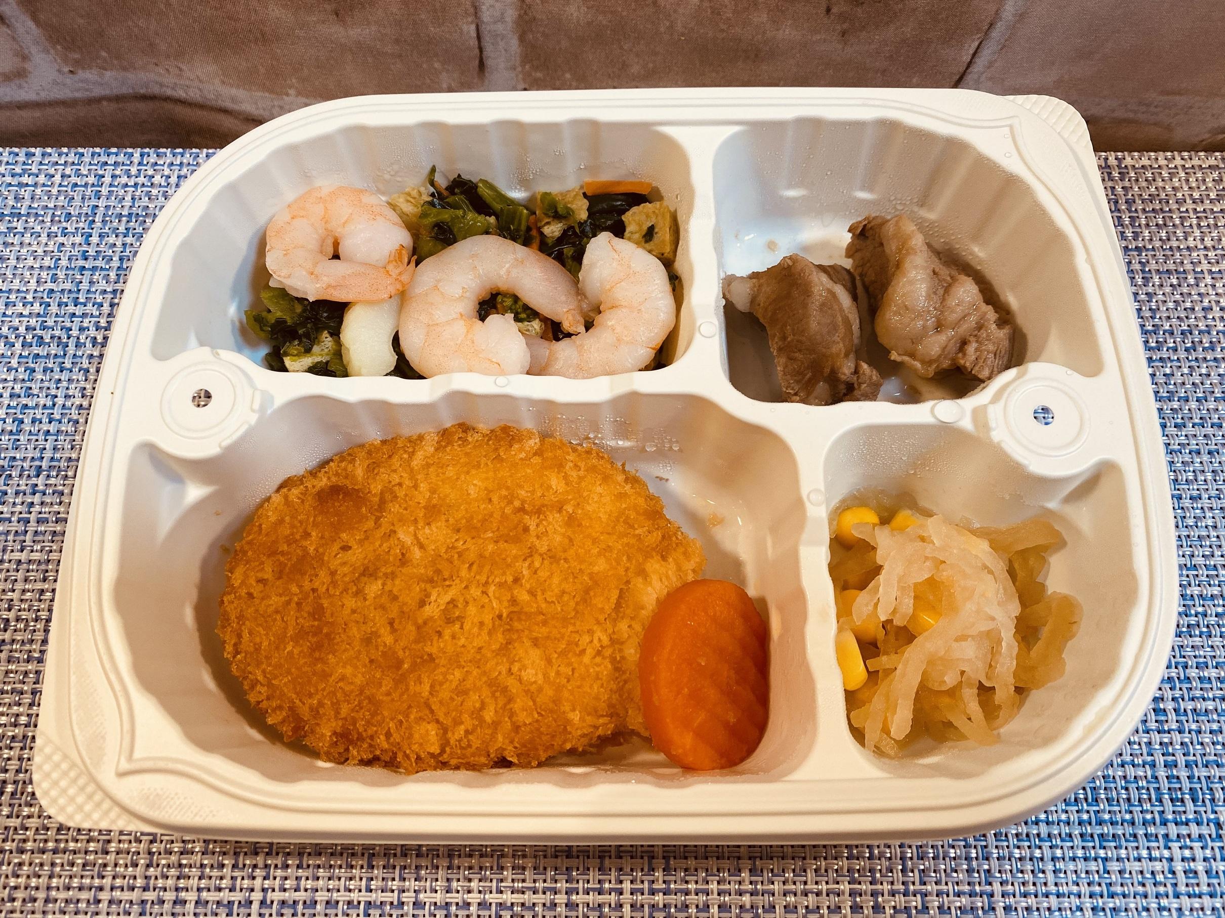 (メニューの一例)野菜コロッケ、えびと菜の花の和え物、豚肉の煮物、なます