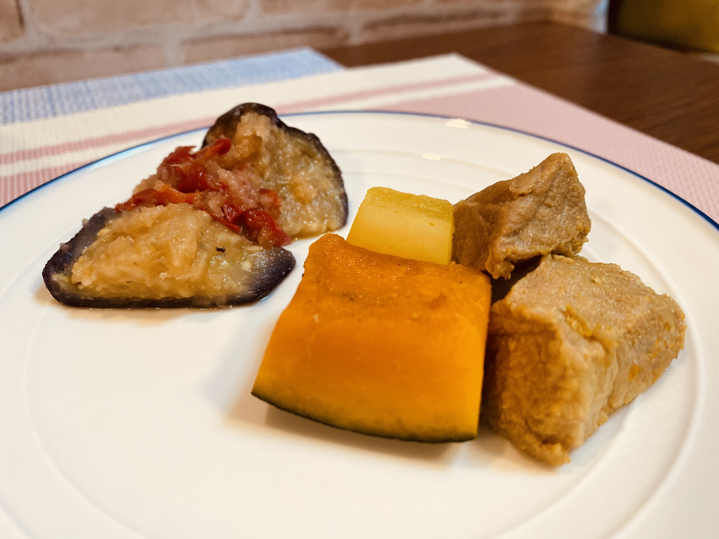 (メニューの一例)豚肉と野菜の煮物、揚げナスのポン酢おろしかけ