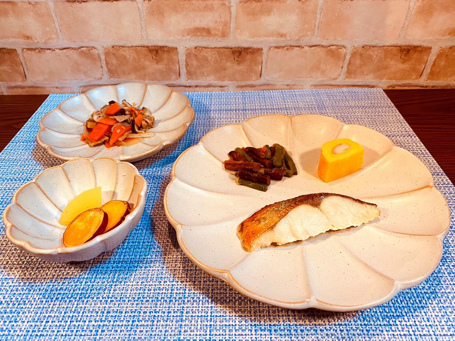 (メニューの一例)シルバーの塩麹漬け焼、豚肉のニンジンの煮物、さつまいもの煮物、ぜんまいの和え物