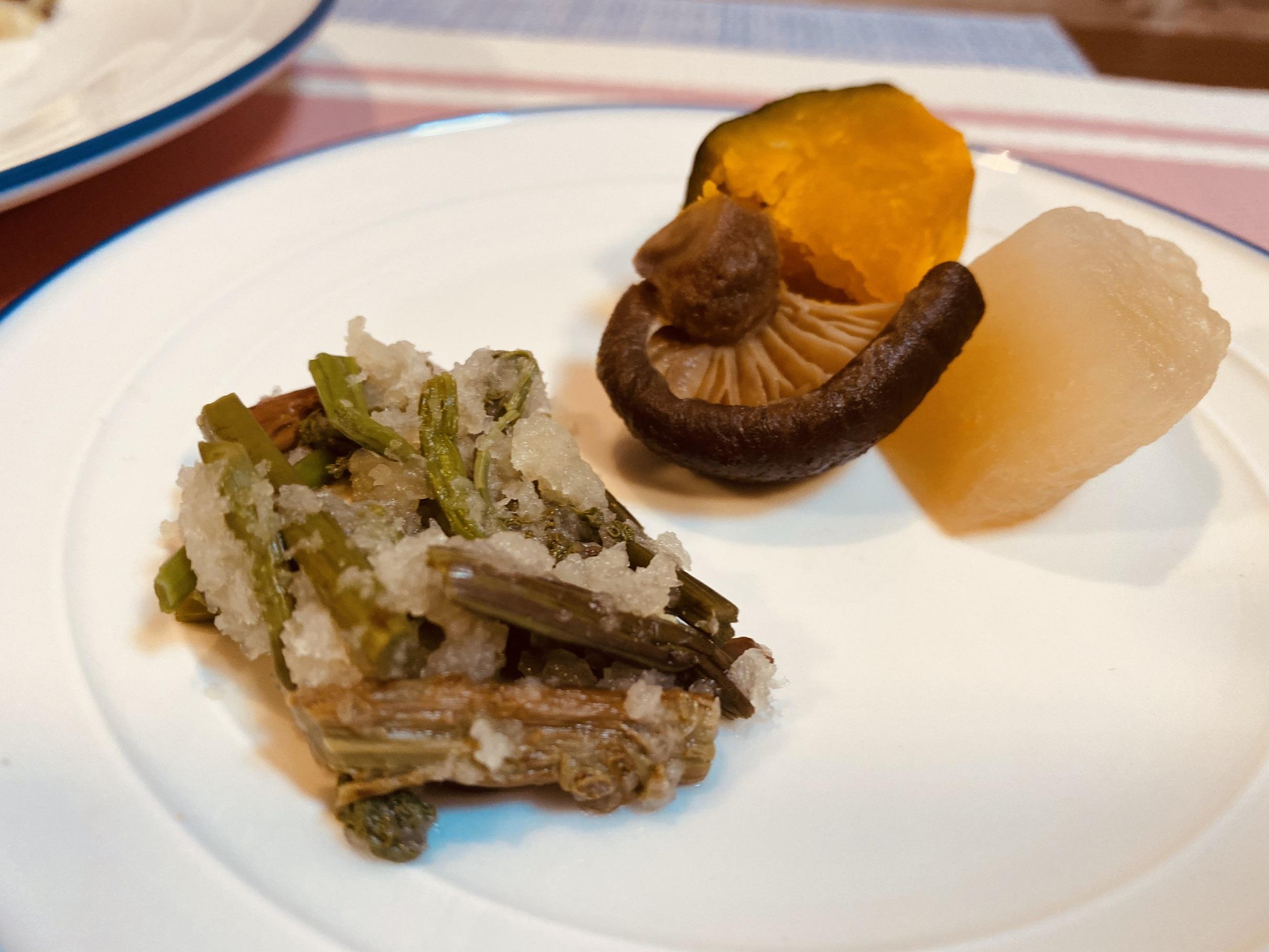 (メニューの一例)カボチャ煮、わらびのおろし和え