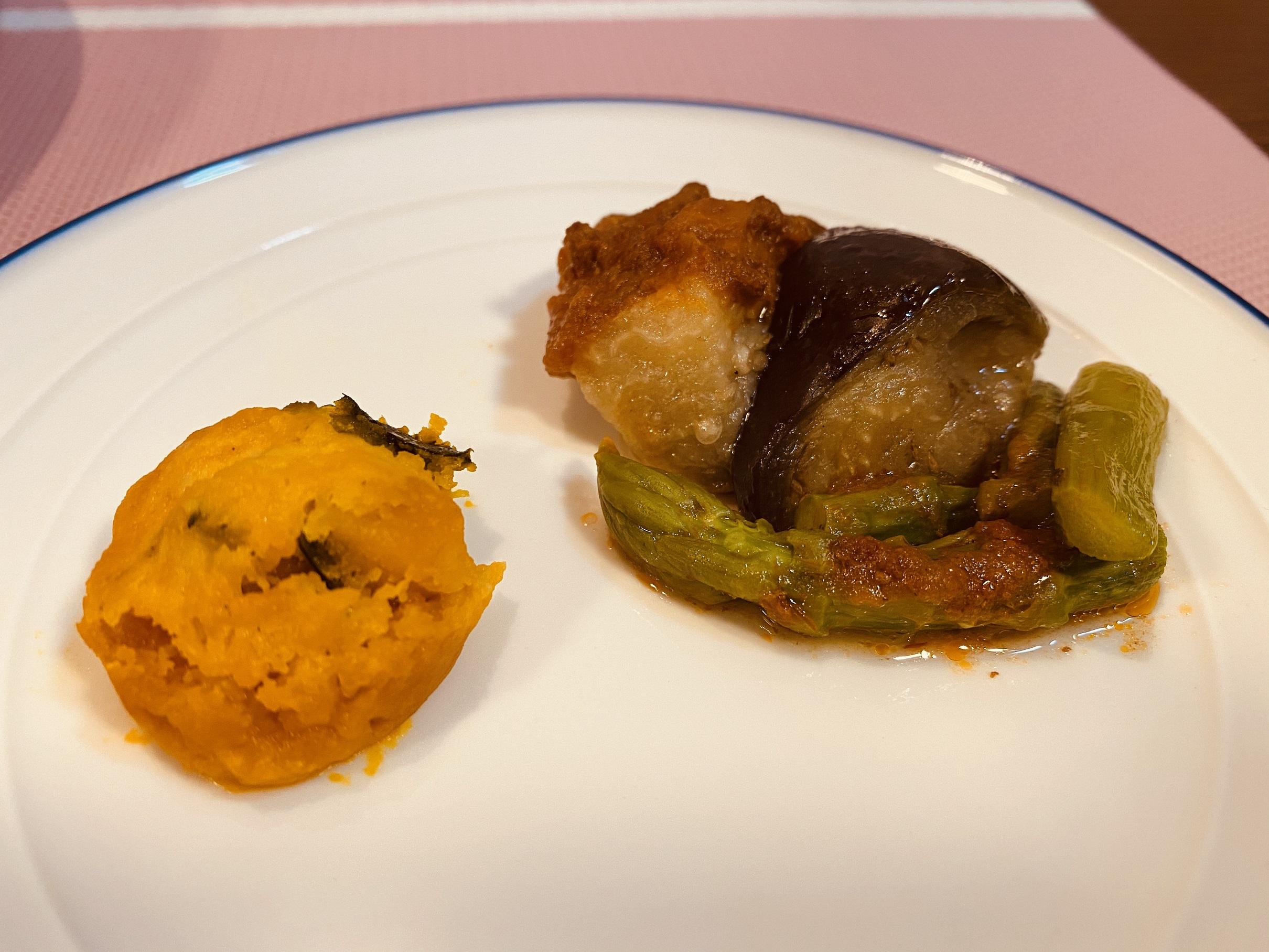 (メニューの一例)なすと牛肉の煮物、カボチャ煮