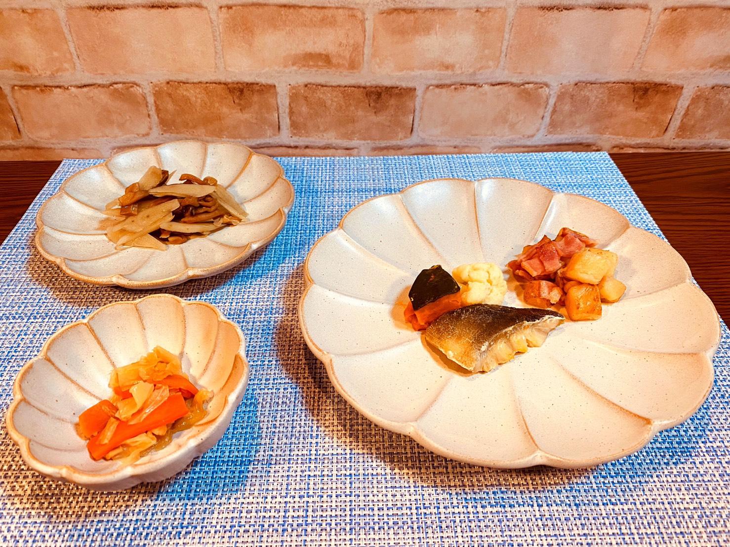 (メニューの一例)ほっけの醤油漬け焼、ごぼうの炒め煮、ジャーマンポテト、キャベツとニンジンの和え物