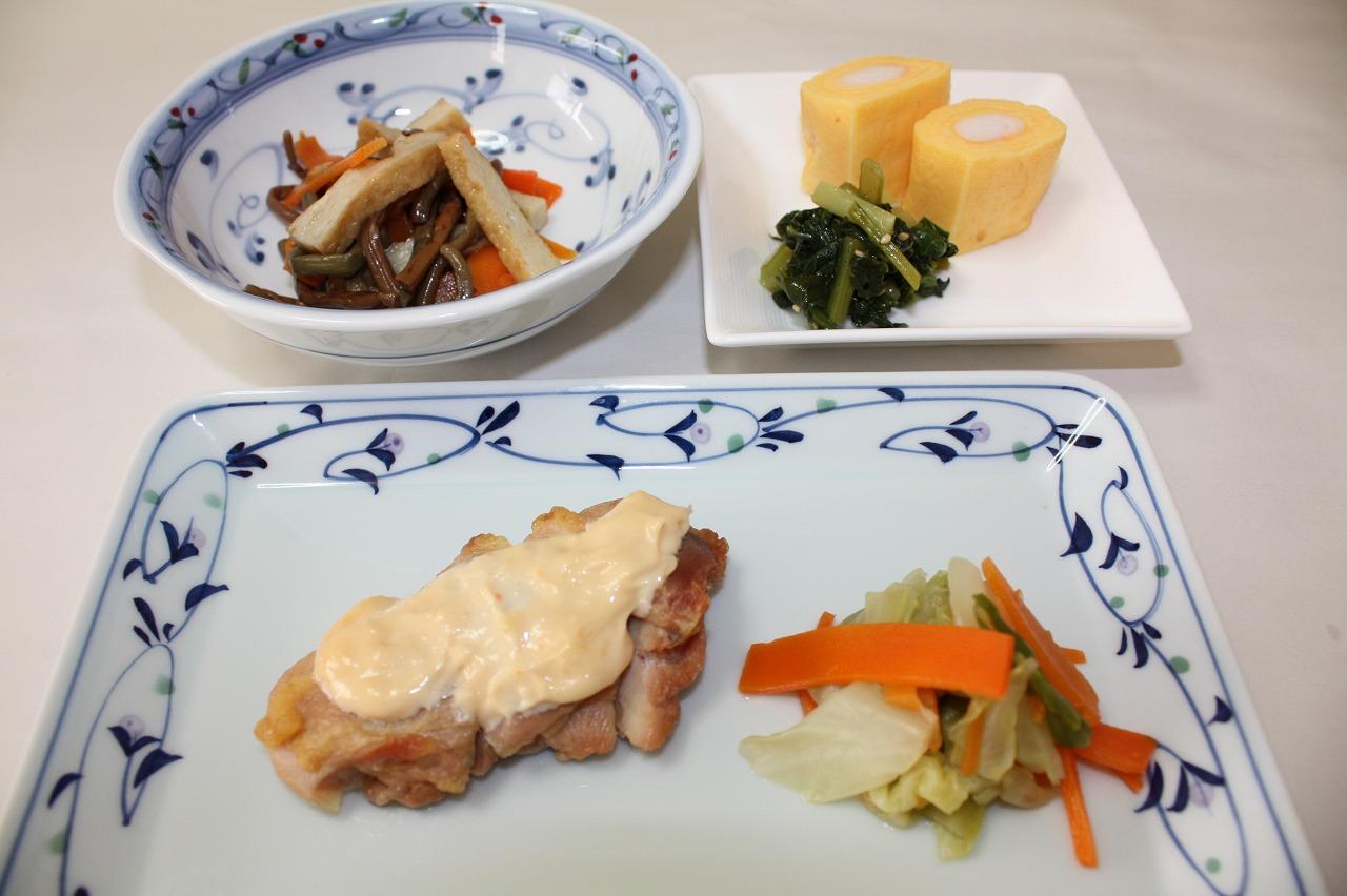 (メニューの一例)鶏肉の味噌マヨかけ
